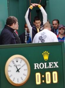 Novak_ready_to_enter_court